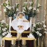 Bambinello in cartapesta ad altezza naturale po sull'altare ligneo